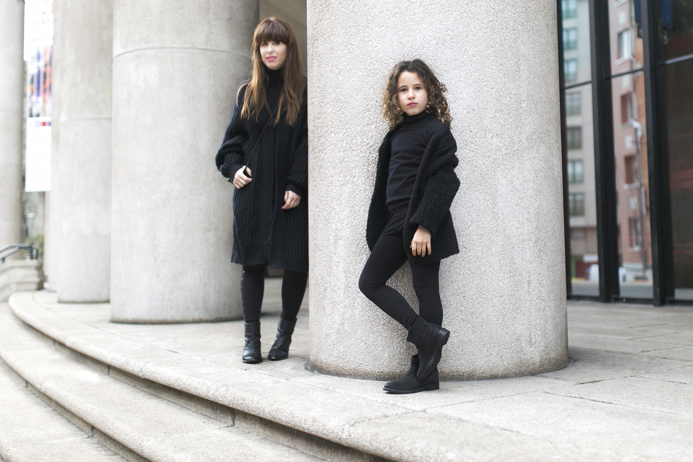 mother and daughter - total-black-descalzaporelparque-street style,-madre e hija-streetstyle- kids- fashion-