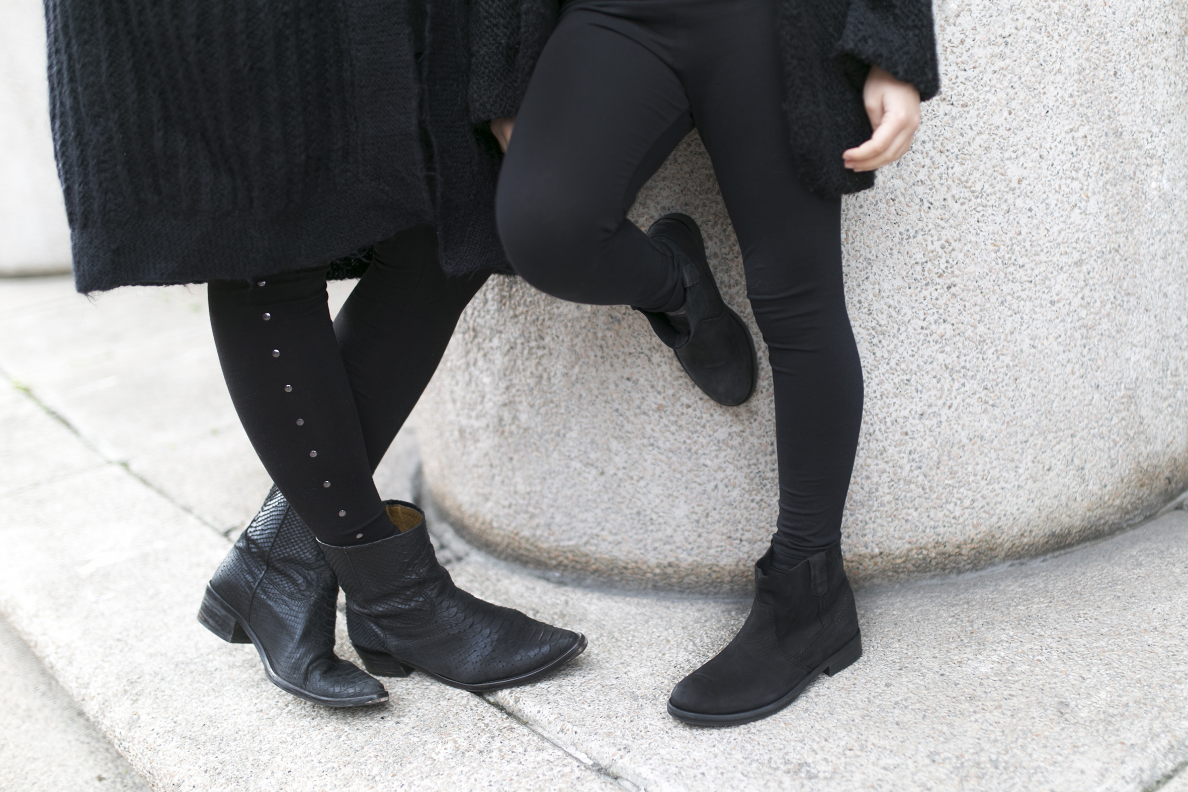 mother and daughter- total-black-descalzaporelparque-streetstyle-coruña- kids- fashion-