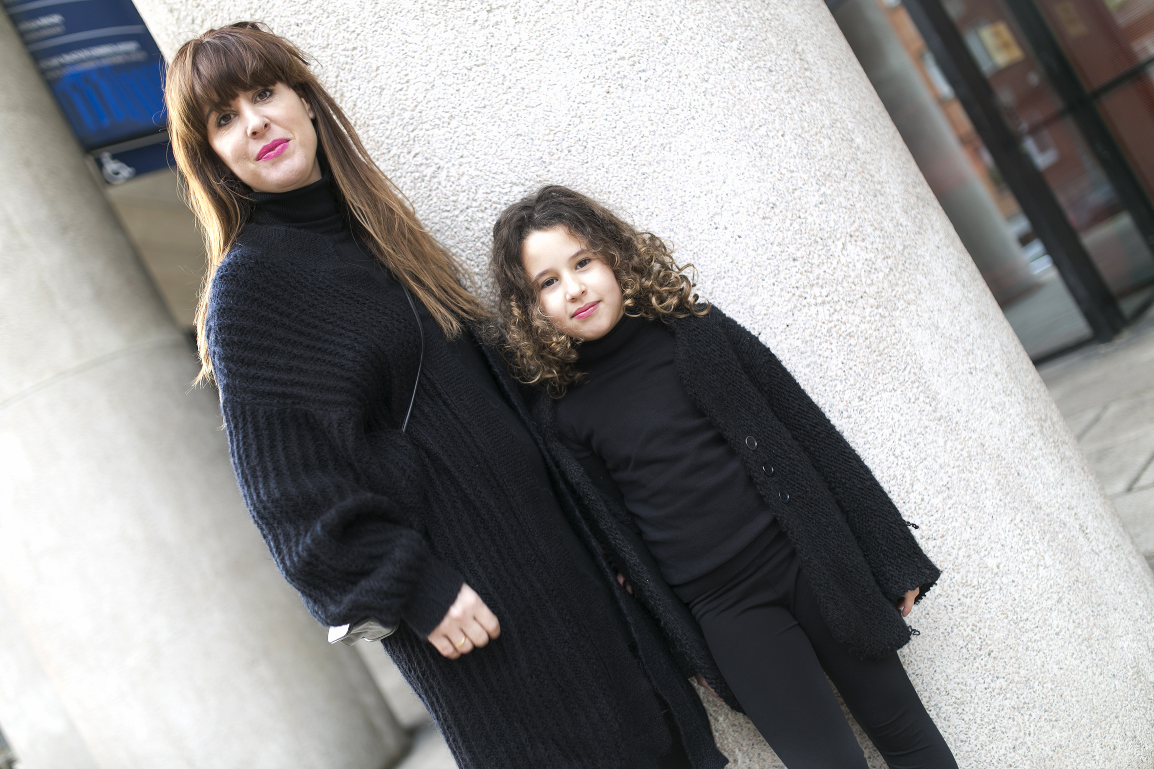 mother and daughter , madre-hija-jimena-zarakids- total-black-descalzaporelparque-streetstyle-coruña