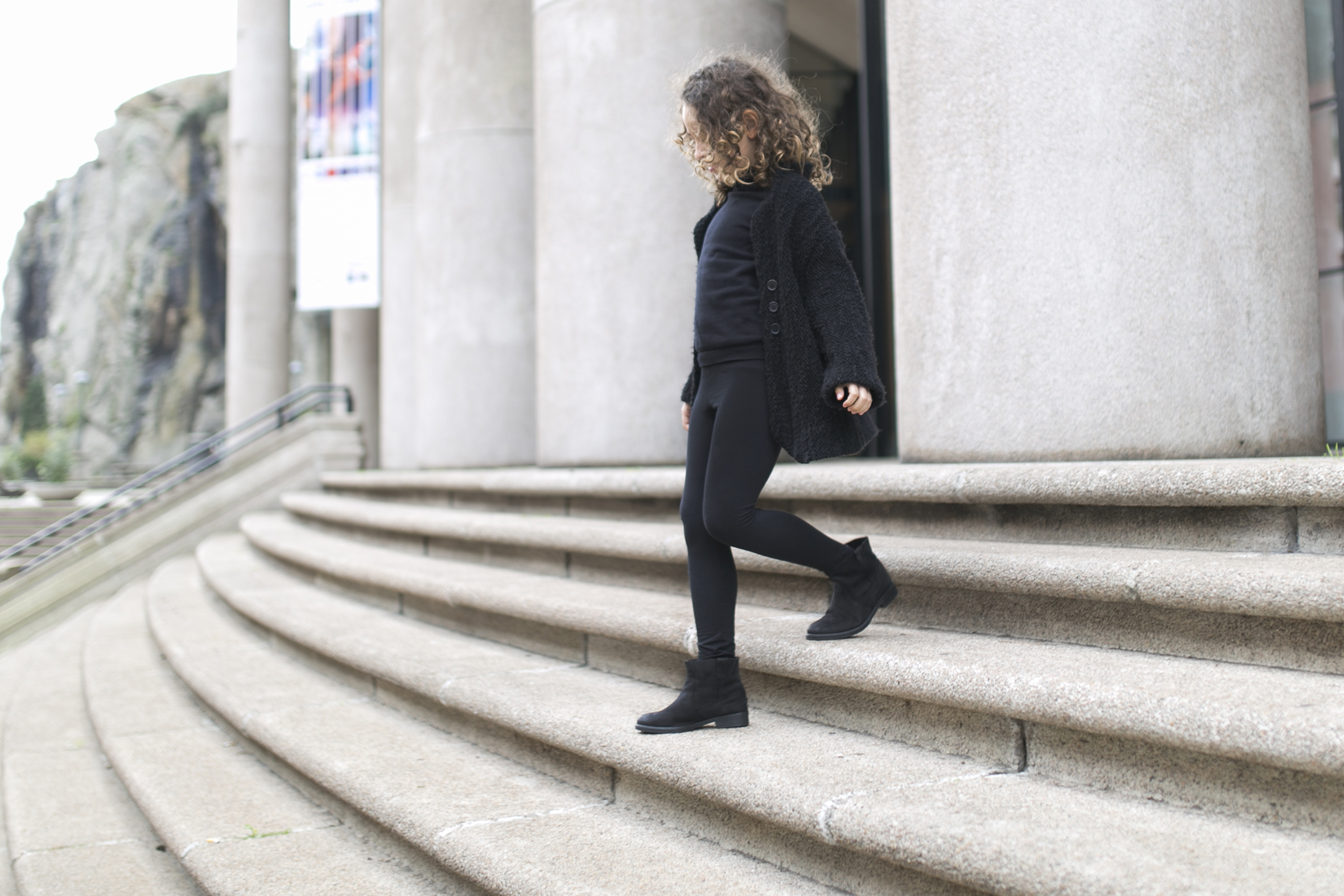 jimena-zarakids-mother and daughter- total-black-descalzaporelparque-streetstyle-coruña