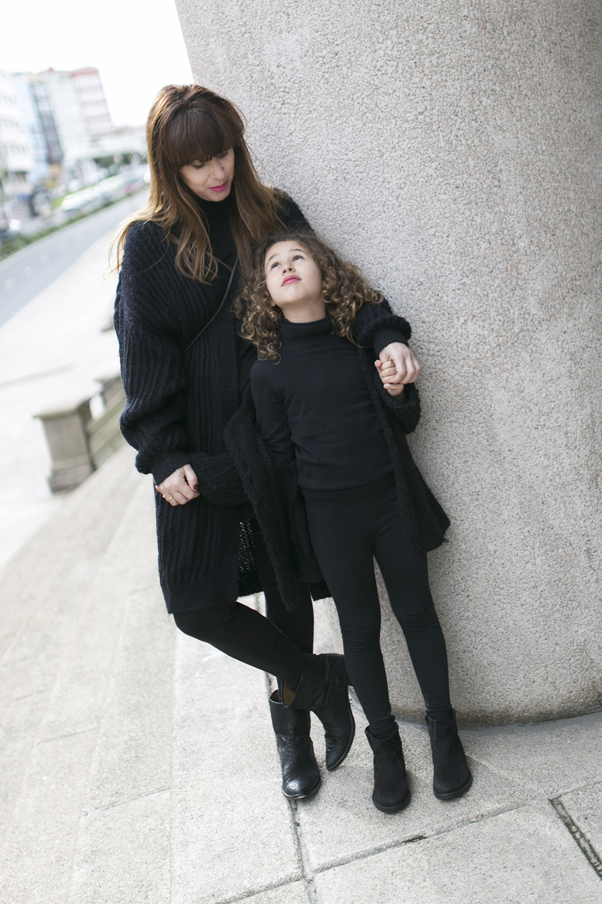 mother and daughter - total-black-street style,-madre e hija-streetstyle- kids- fashion- jimena and me-moda en la calle