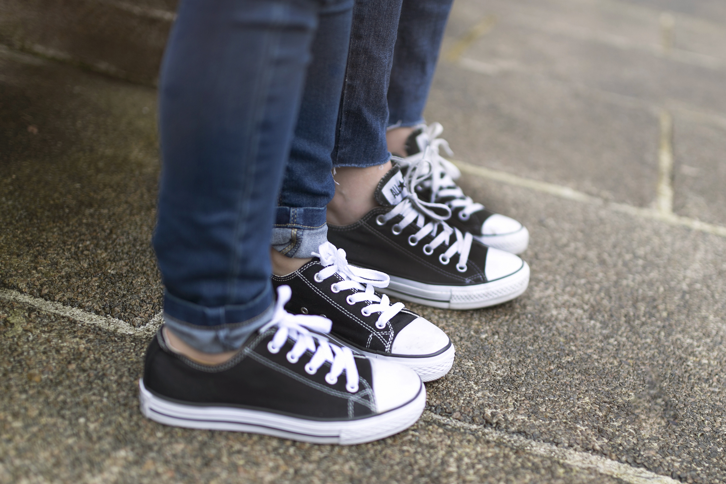converse-moda-calle-mom and daughter-kids-fashion-denim-minime- streetstyle-descalzaporelparque
