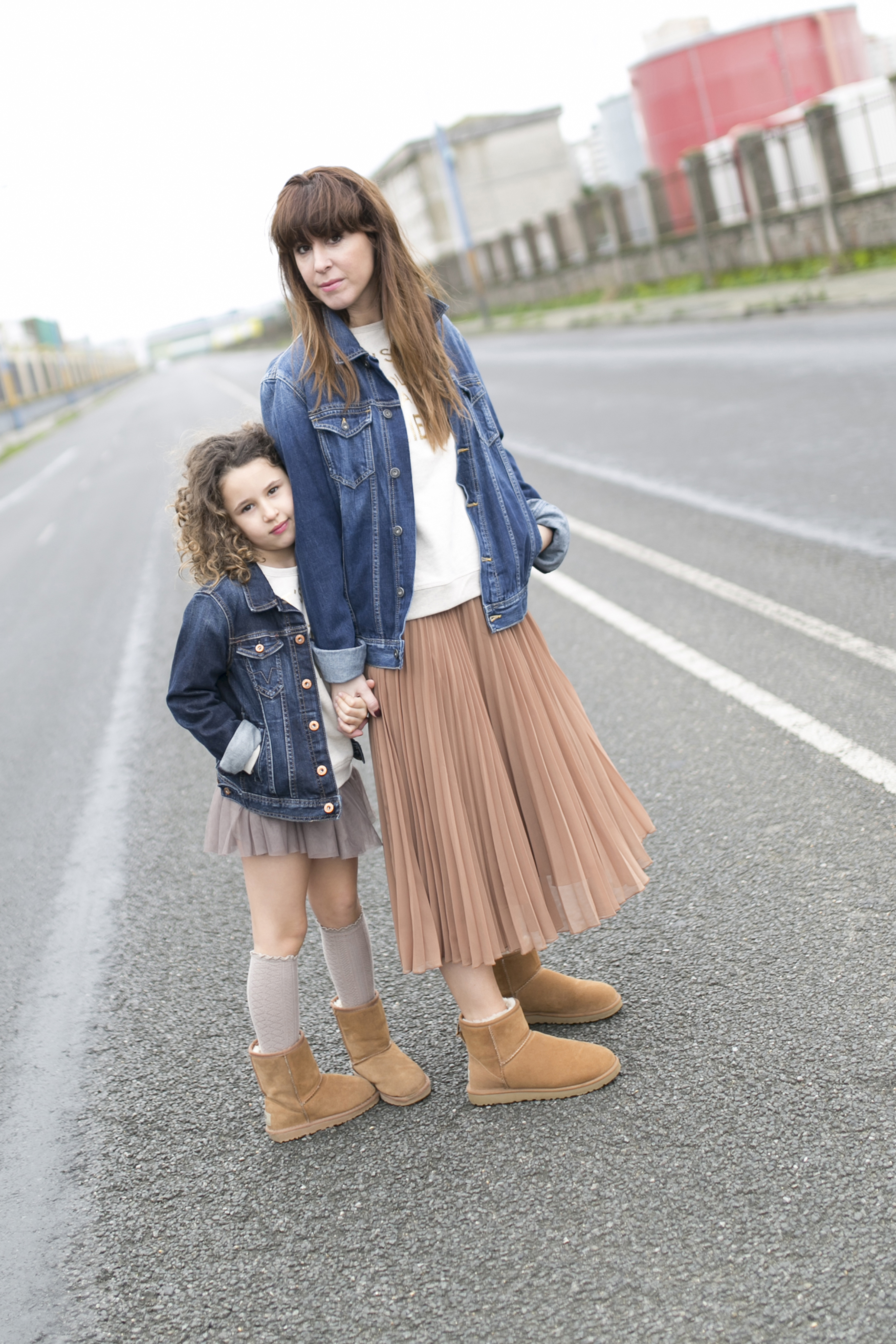 Ugg look-denim-minime-mother and daughter- pepe jeans- Ugg- zara- zarakids- street style- descalzaporelparque